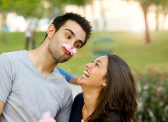How to attract girls with jokes without being a joker?